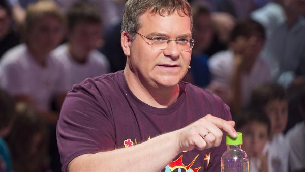 Wie bekommt man den Druck aus einer Getränkedose, die geschüttelt wurde? Elton weiß, wie es geht. | Rechte: ZDF/Ralf Wilschewski