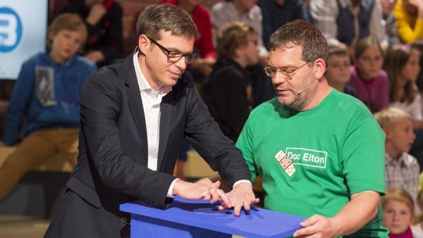 Warum Ärzte ihre Patienten abklopfen? Dr.med. Alexander Hauber erklärt es Elton.   Rechte: ZDF/Ralf Wilschewski