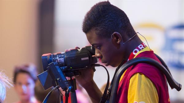 Ganz konzentriert: Kamerakind Muabi aus Salzburg   Rechte: ZDF/Ralf Wilschewski