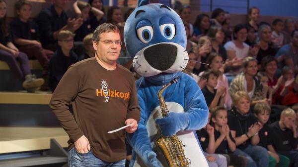 Was ist denn bei einem Saxophon aus Holz? Und kann Piet Flosse damit wirklich Musik machen? Elton und Piet Flosse. | Rechte: ZDF/Ralf Wilschewski