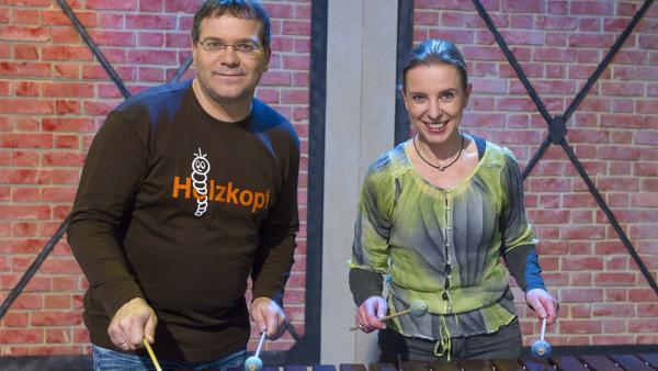 Marimba-Spielerin Katarzyna Mycka und Elton versuchen sich gemeinsam an diesem Holzinstrument. | Rechte: ZDF/Ralf Wilschewski
