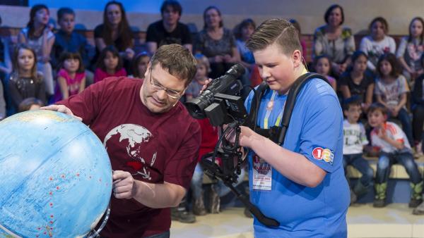 Elton und Kamerakind Timur aus Deutschland. Elton erläutert die Seeroute von James Cook. | Rechte: ZDF/Ralf Wilschewski