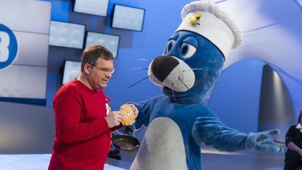 Elton und Piet Flosse. Da hat Piet wohl etwas missverstanden: statt Waffen hat er Waffeln verstanden. | Rechte: ZDF/Ralf Wilschewski
