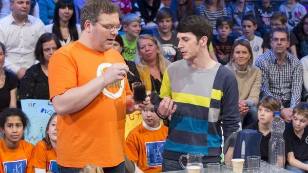 Studiogast Tobias Koplin erklärt Elton, wie Kunststoff in Zukunft hergestellt werden könnte. | Rechte: ZDF/Ralf Wilschewski