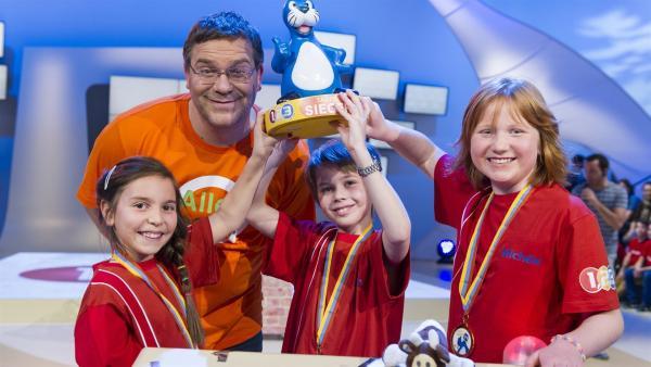 Elton mit dem Siegerteam: Lena, Leon und Michéle aus Niederuzwil/Schweiz | Rechte: ZDF/Ralf Wilschewski
