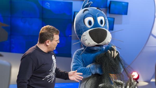 Piet Flosse behauptet er wäre fischen gewesen.... Elton glaubt ihm das nicht. | Rechte: ZDF/Ralf Wilschewski