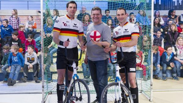 Elton und die beiden Radballprofis Jens Krichbaum und Marco Rossmann | Rechte: ZDF/Ralf Wilschewski