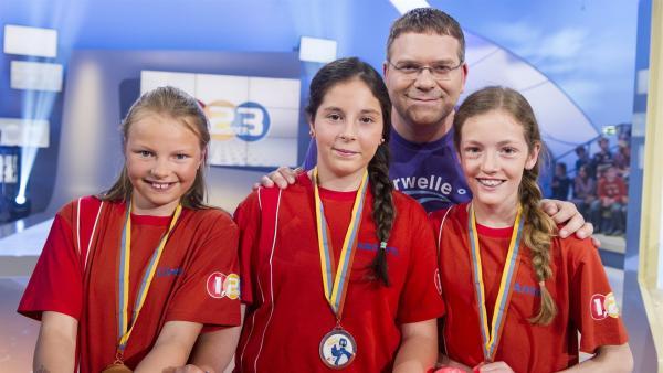 Elton und die Kandidaten aus Bützberg/Schweiz   Rechte: ZDF/Ralf Wilschewski