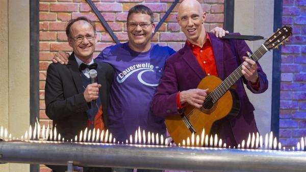 """Elton und """"Die Physikanten"""" Engelbert Kobelun (links) und Marcus Weber (rechts). Das Rubensche Flammenrohr leuchtet zur Musik   Rechte: ZDF/Ralf Wilschewski"""