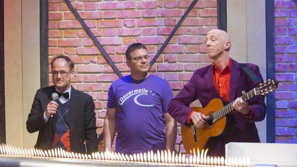 """Elton und  """"Die Physikanten"""" Engelbert Kobelun (links) und Marcus Weber (rechts). Das Rubensche Flammenrohr leuchtet zu den Tönen auf.   Rechte: ZDF/Ralf Wilschewski"""
