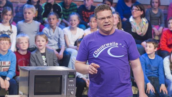 Welche Wellen produziert eigentlich eine Mikrowelle? Elton will's wissen...   Rechte: ZDF/Ralf Wilschewski