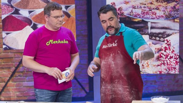 Elton und Baklava-Bäcker Orhan Tancgil. | Rechte: ZDF/Ralf Wilschewski