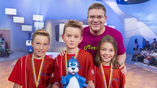 Elton und die Kandidaten aus Uzwil/Schweiz. Die stolzen Gewinner des Piet-Flosse-Pokals. | Rechte: ZDF/Ralf Wilschewski