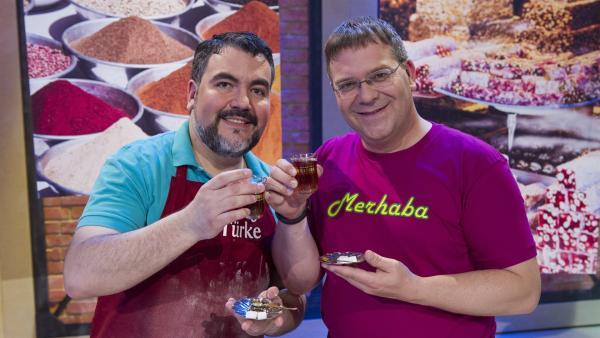 Elton und Baklava-Bäcker Orhan Tancgil. Zeit für ein Gläschen Tee? | Rechte: ZDF/Ralf Wilschewski