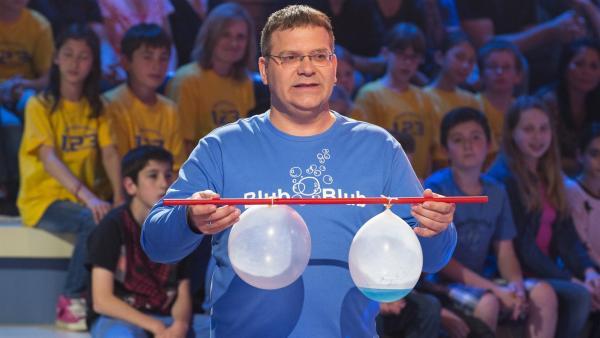 Moderator Elton: Welcher Luftballon hält länger, wenn man ihn über eine brennende Kerze hält? - Mit oder ohne Flüssigkeit? | Rechte: ZDF/Ralf Wilschewski