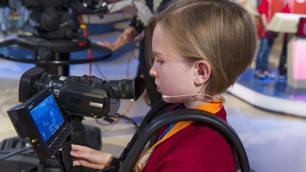 Kamerakind Juliette aus Neuruppin - ganz konzentriert bei der Arbeit | Rechte: ZDF/Ralf Wilschewski