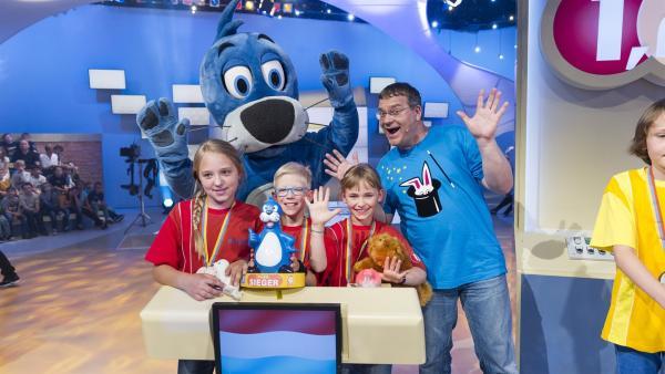 Das Siegerteam aus Luxemburg mit Piet Flosse und Elton. | Rechte: ZDF und Ralf Wilschewski