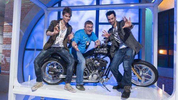 Nach dem fulminanten Auftritt mit dem Motorrad: Elton mit den Ehrlich Brothers; links Chris, rechts Andreas.   Rechte: ZDF und Ralf Wilschewski