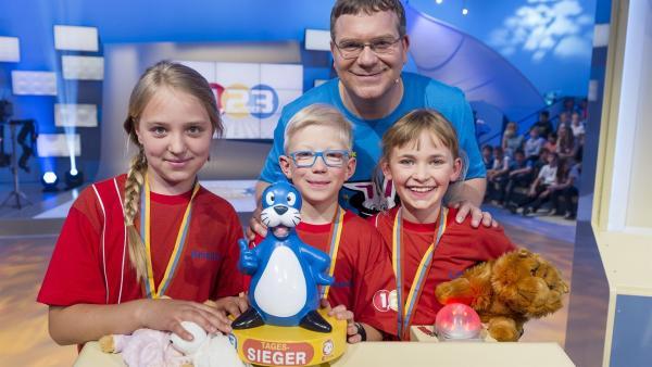 Elton mit dem stolzen Siegerteam aus Luxemburg - die Maskottchen haben Glück und den Piet Flosse-Pokal gebracht.   Rechte: ZDF und Ralf Wilschewski