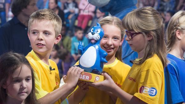 Die Kandidaten aus Hohenweiler/Österreich mit dem Piet Flosse-Pokal. | Rechte: ZDF und Ralf Wilschewski