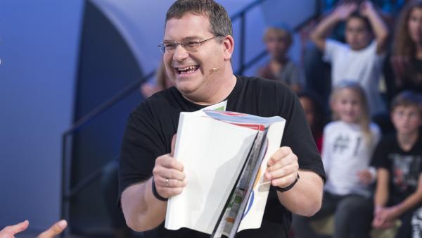 Elton, Moderator der Sendung 1, 2 oder 3 beim Beweis, dass man die Blätter zweier Telefonbücher, wenn sie Seite auf Seite gelegt werden, nicht mehr auseinanderziehen kann. | Rechte: ZDF und Ralf Wilschewski