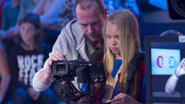 1, 2 oder 3 Kamerakind Leonie aus Dahlen in Deutschland bei der Einweisung mit Benjamin Schier. | Rechte: ZDF und Ralf Wilschewski