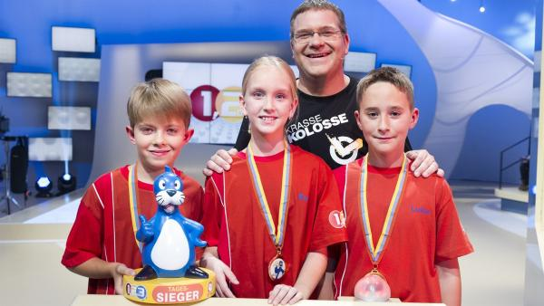 Anej, Eva und Luka, das internationale Team aus Miklavz/Slowenien in der Sendung 1, 2 oder 3 mit Moderator Elton. | Rechte: ZDF und Ralf Wilschewski