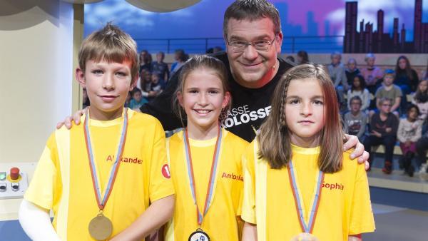 Alexander, Antonia und Sophia aus Dornbirn. Das Team aus Österreich in der Sendung 1, 2 oder 3 mit Moderator Elton. | Rechte: ZDF und Ralf Wilschewski