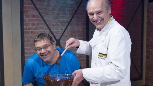 Elton freut sich über die leckere Schokolade von Chocolatier Josef Zotter. | Rechte: ZDF und Ralf Wilschewski