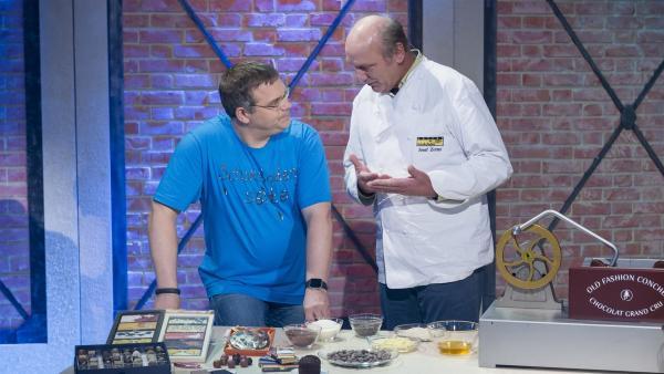 Elton lässt sich von Chocolatier Josef Zotter die Herstellung von Schokolade erklären. | Rechte: ZDF und Ralf Wilschewski