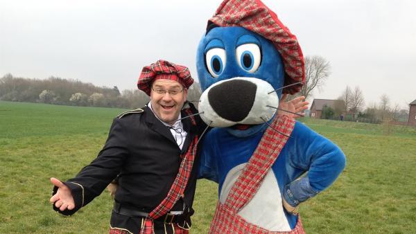 Mit Sport um die Welt: Elton und Piet beim Zwischenstopp auf den Highland-Games. | Rechte: ZDF und Nils Eppmann/Webertainme