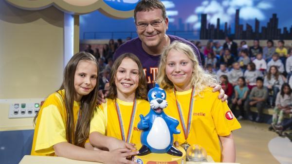 Elton und das stolze Siegerteam aus Wien/Österreich mit dem Piet Flosse-Pokal.   Rechte: ZDF und Ralf Wilschewski