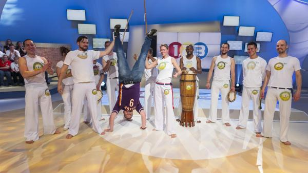 Elton und die Capoeira-Gruppe Unicar aus München.   Rechte: ZDF und Ralf Wilschewski