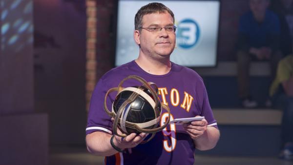 Elton stellt seinen Kandidaten eine kniffelige Frage zum Horseball.   Rechte: ZDF und Ralf Wilschewski
