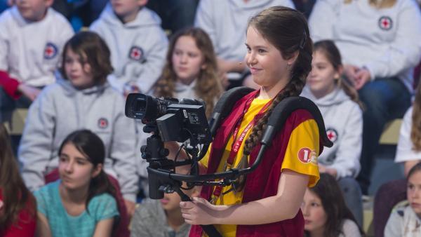 Kamerakind Miriam aus Wien hat Spaß im 1, 2 oder 3-Studio.   Rechte: ZDF und Ralf Wilschewski
