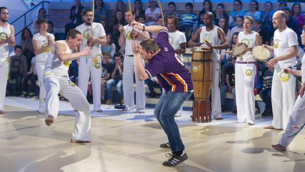 Elton versucht sich im Capoeira mit der Gruppe Unicar aus München.   Rechte: ZDF und Ralf Wilschewski