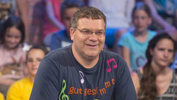 """Gut gestimmt führt Elton durch die """"1, 2 oder 3""""-Sendung """"Stimmgewaltig"""".   Rechte: ZDF und Ralf Wilschewski"""