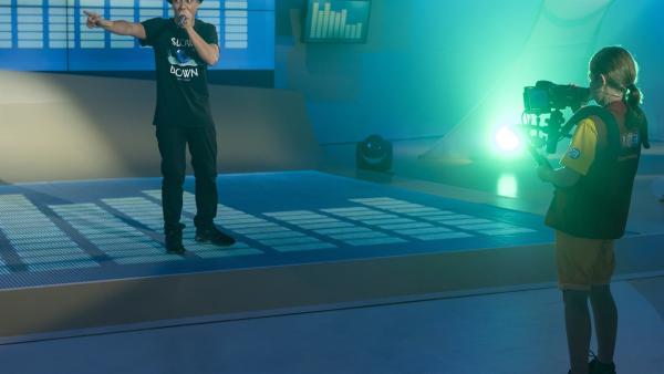 """Der Beatboxer Robeat vor der """"1, 2 oder 3""""-Kinderkamera von Mariella.   Rechte: ZDF und Ralf Wilschewski"""