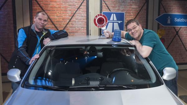 Jan Zangenfeind (Oberkommissar) und Elton stellen ein Spezialfahrzeug der Geschwindigkeitskontrolle vor. | Rechte: ZDF und Ralf Wilschewski