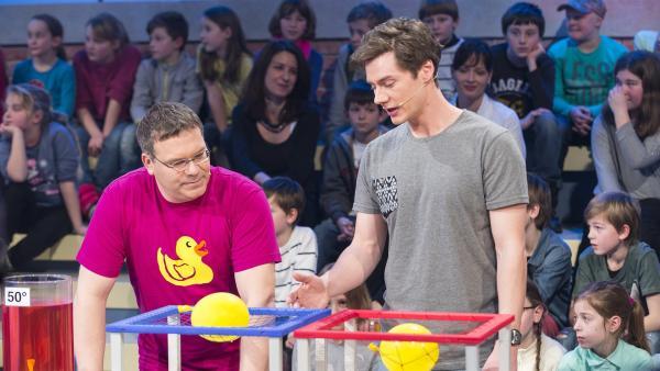 Elton und sein Gast Felix Becker (Uni Stuttgart) machen Experimente . | Rechte: ZDF und Ralf Wilschewski