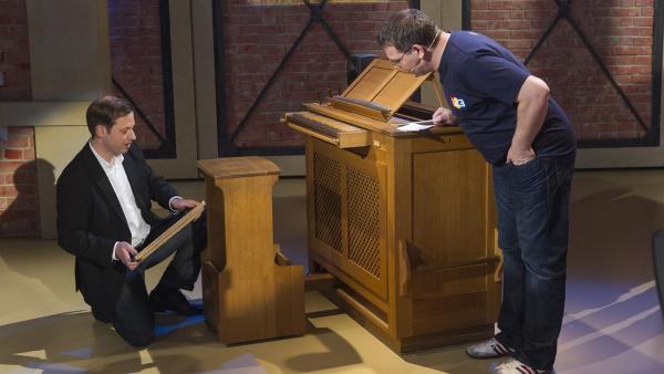 Der Orgelspieler  Peter Kofler erklärt Elton wie eine Orgel funktioniert.   Rechte: ZDF und Ralf Wilschewski