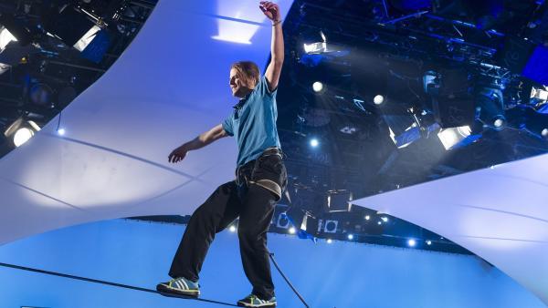 Der Slackliner Alexander Schulz balanciert in luftiger Höhe durch das 1, 2 oder 3-Studio. | Rechte: ZDF und Ralf Wilschewski