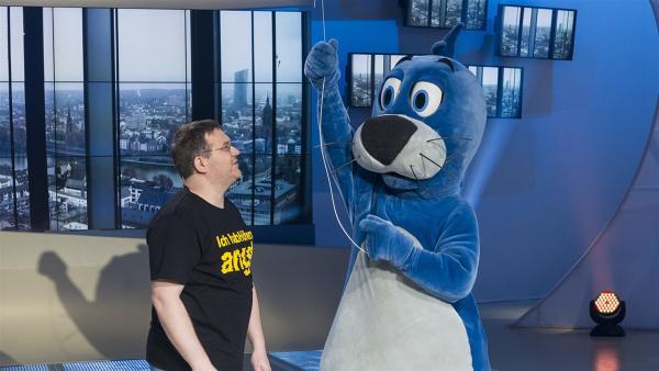 Ob der Luftballon Piet Flosse zum Schweben bringen kann? Elton wettet dagegen. | Rechte: ZDF und Ralf Wilschewski