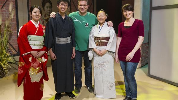 Elton und die Kimonoexpertin Astrid Zacharias (rechts außen) mit drei Kimono-Models . | Rechte: ZDF und Ralf Wilschewski