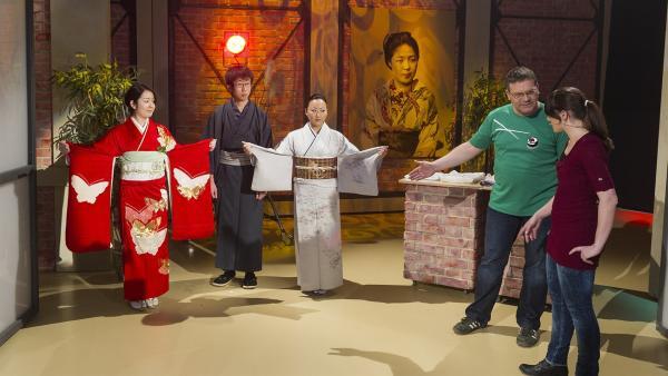 Warum haben die Kimonos unterschiedlich lange Ärmel? Die Kimonoexpertin Astrid Zacharias kann Elton die Frage beantworten. | Rechte: ZDF und Ralf Wilschewski