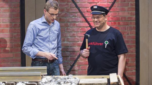 Elton (re.) und Tobias Lesinski (li., der Leiter der Abteilung Fahrbahn der Deutschen Bahn) beim Schottertest. | Rechte: ZDF und Ralf Wilschewski