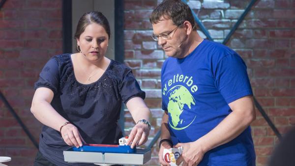 Die Physikerin Katharina Bock erklärt Elton, wie ein Schiffshebewerk funktioniert. | Rechte: ZDF und Ralf Wilschewski