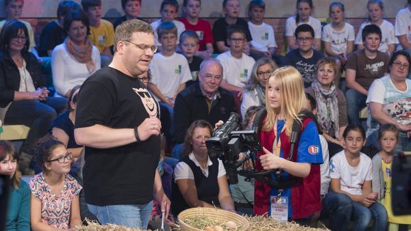 Elton und Kamerakind Amelie aus Breitbrunn/Österreich begutachten die Hühnereier. | Rechte: ZDF und Ralf Wilschewski