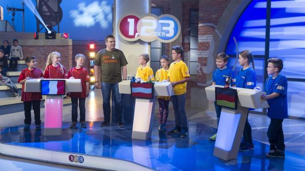 Elton erklärt nochmal die Regeln der Sendung bevor fleißig gespielt wird. | Rechte: ZDF/Ralf Wilschewski