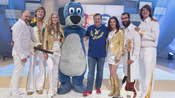 Was haben wohl die Damen und Herren in den schillernden Outfits mit der heutigen Sendung zu tun? Piet Flosse und Elton klären auf, versprochen! | Rechte: ZDF/Ralf Wilschewski